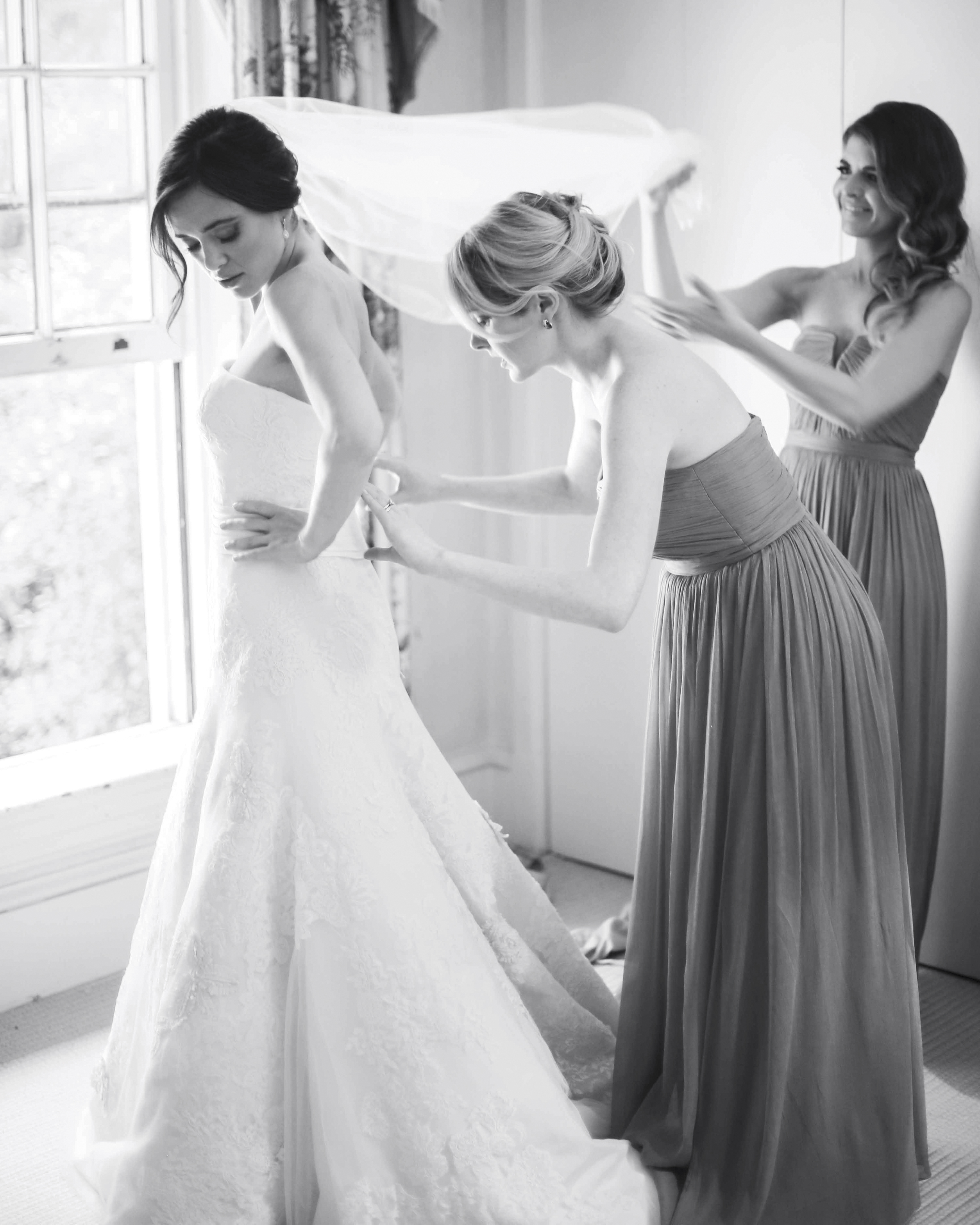bride-bridesmaids-getting-ready-bw-0264eg5u9302-2902119575-o-mwds110788.jpg