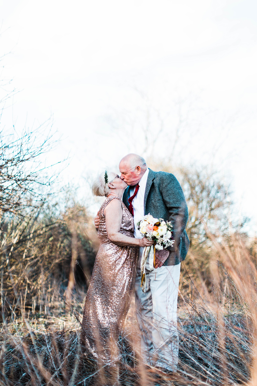 anniversary photo couple kiss