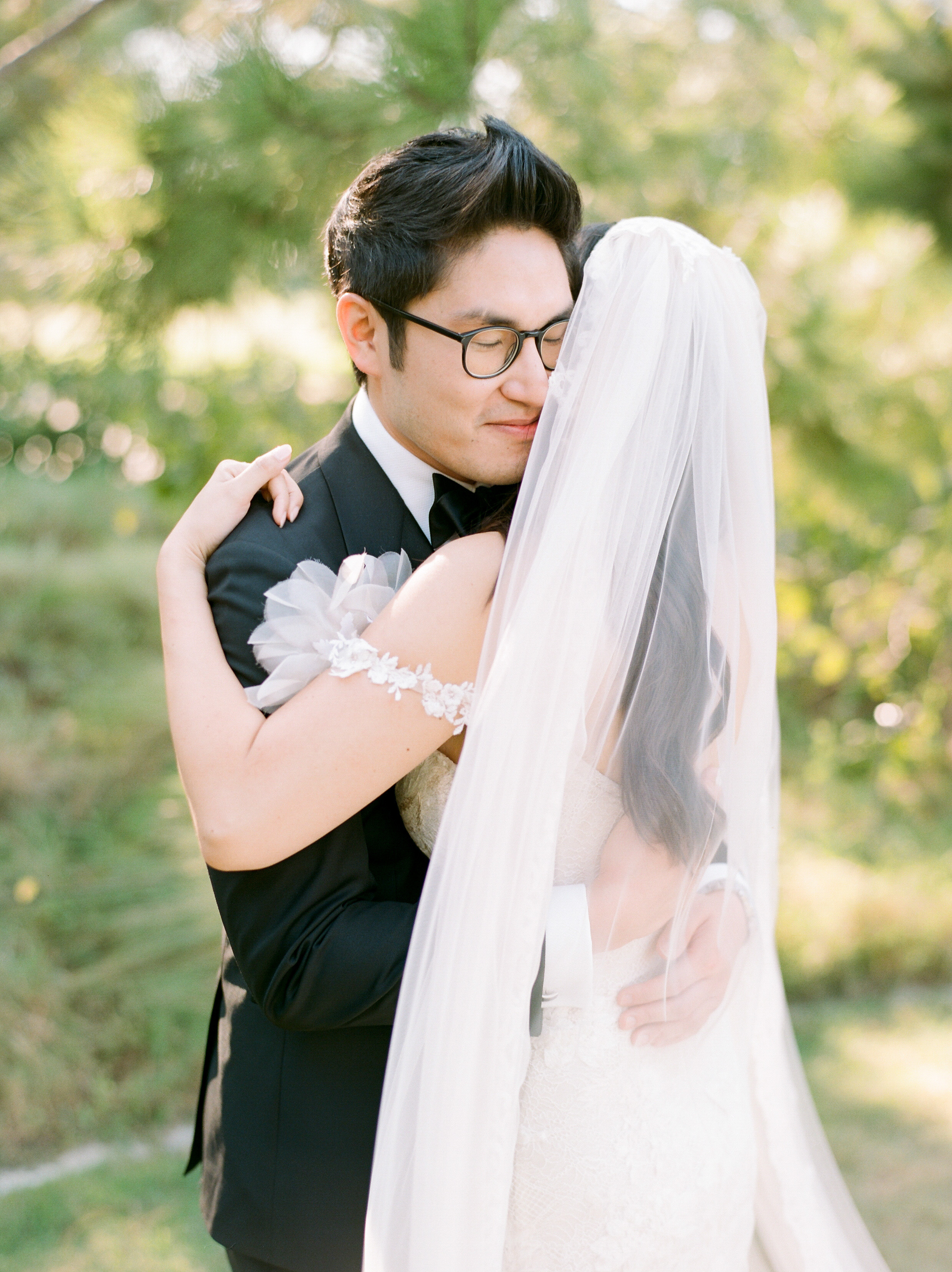 texas wedding first look hug