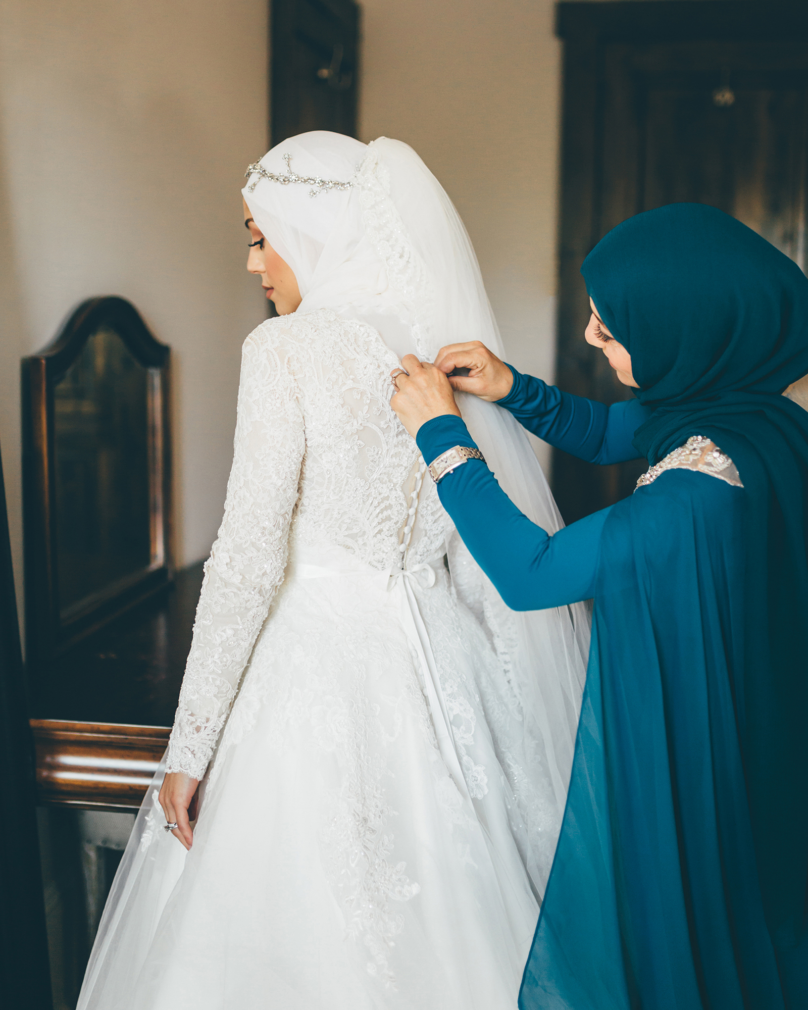 wedding dresses with buttons long sleeve and veil