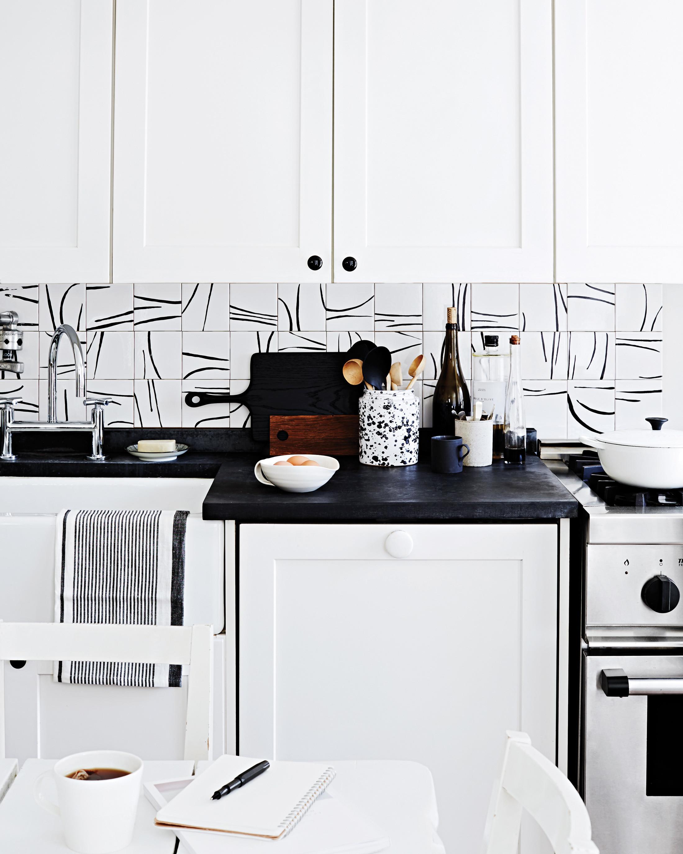 modern black and white kitchen backsplash