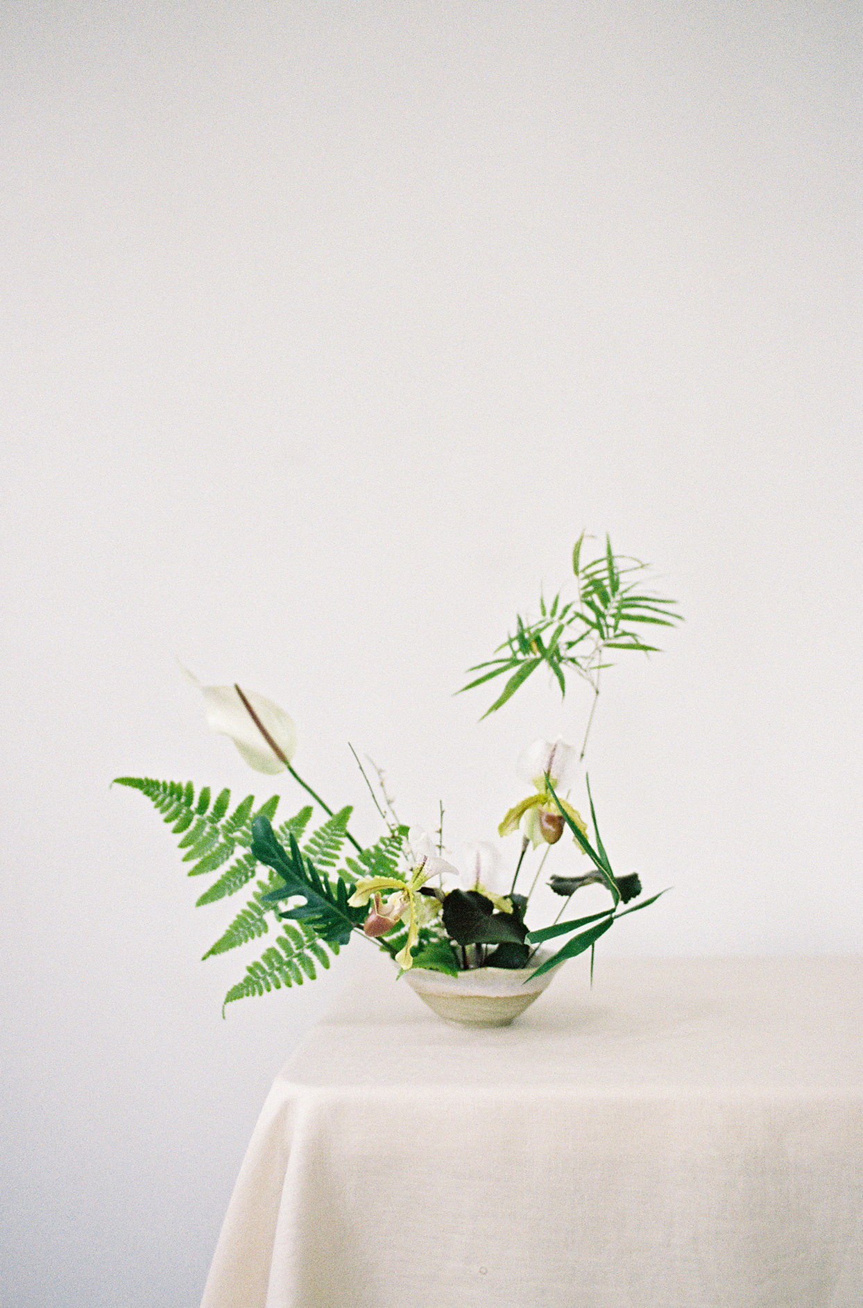 minimalist ikebana small greenery arrangement