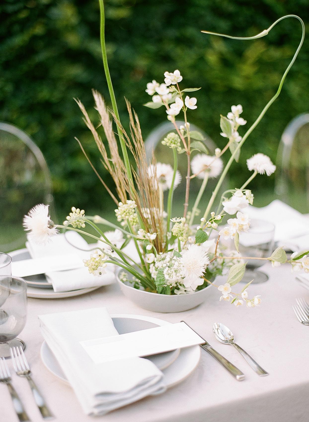 minimalist ikebana bohemian floral arrangement