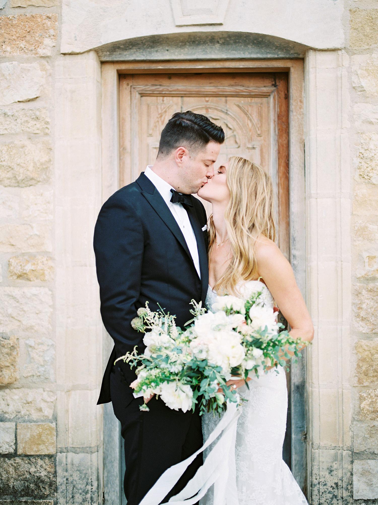 kati erik wedding couple kissing