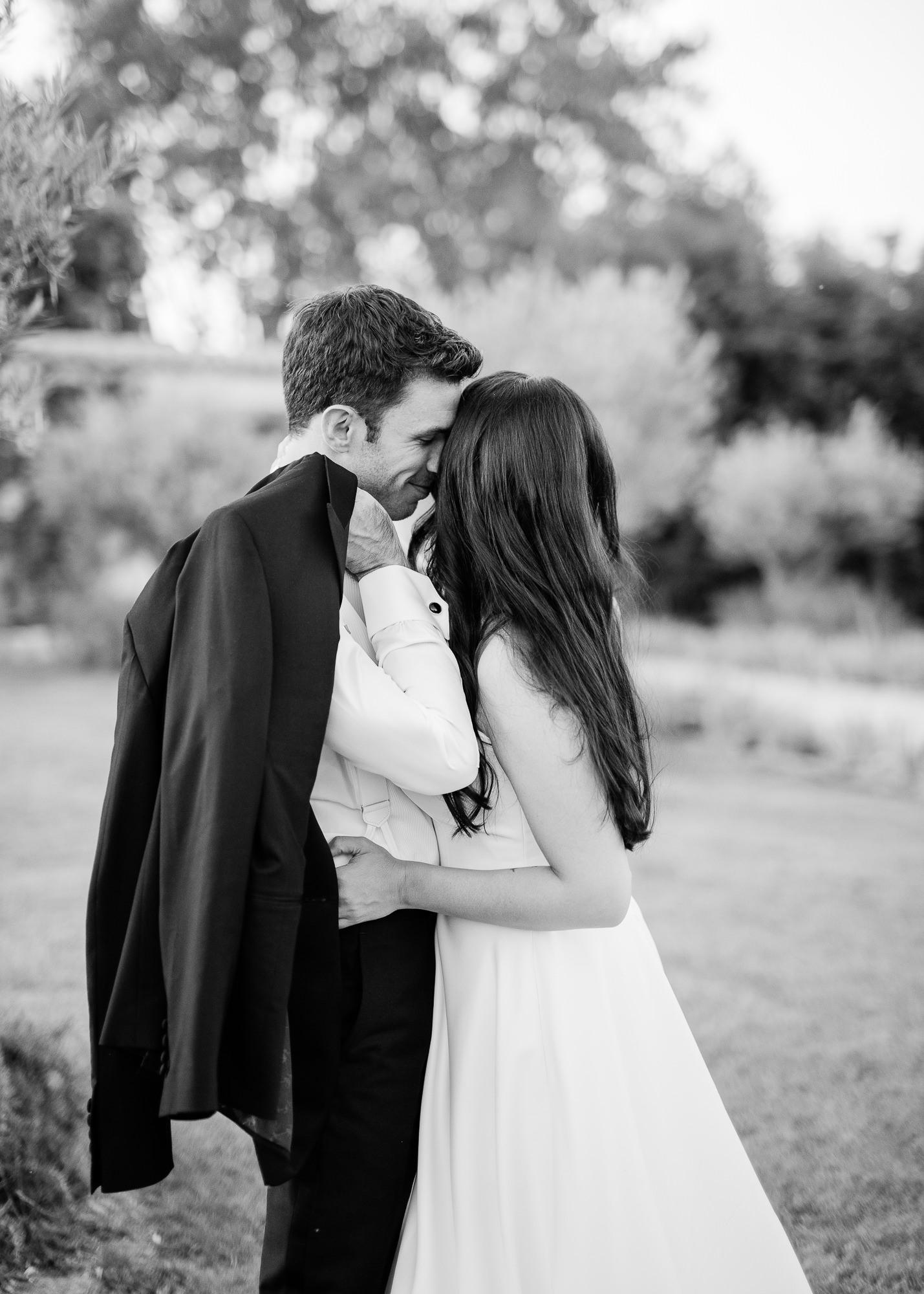 samantha grayson wedding couple kissing