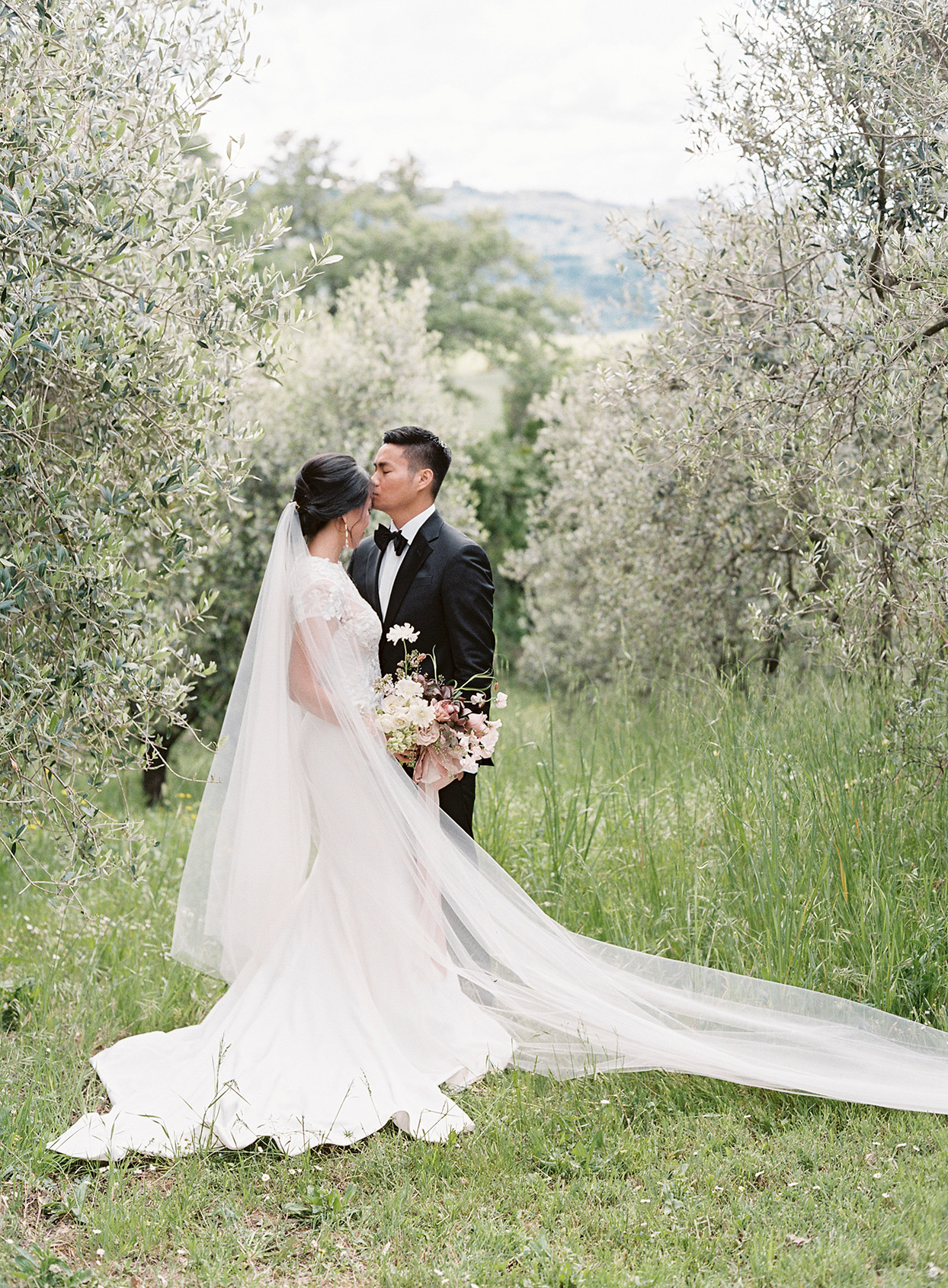 jen alan wedding couple kiss