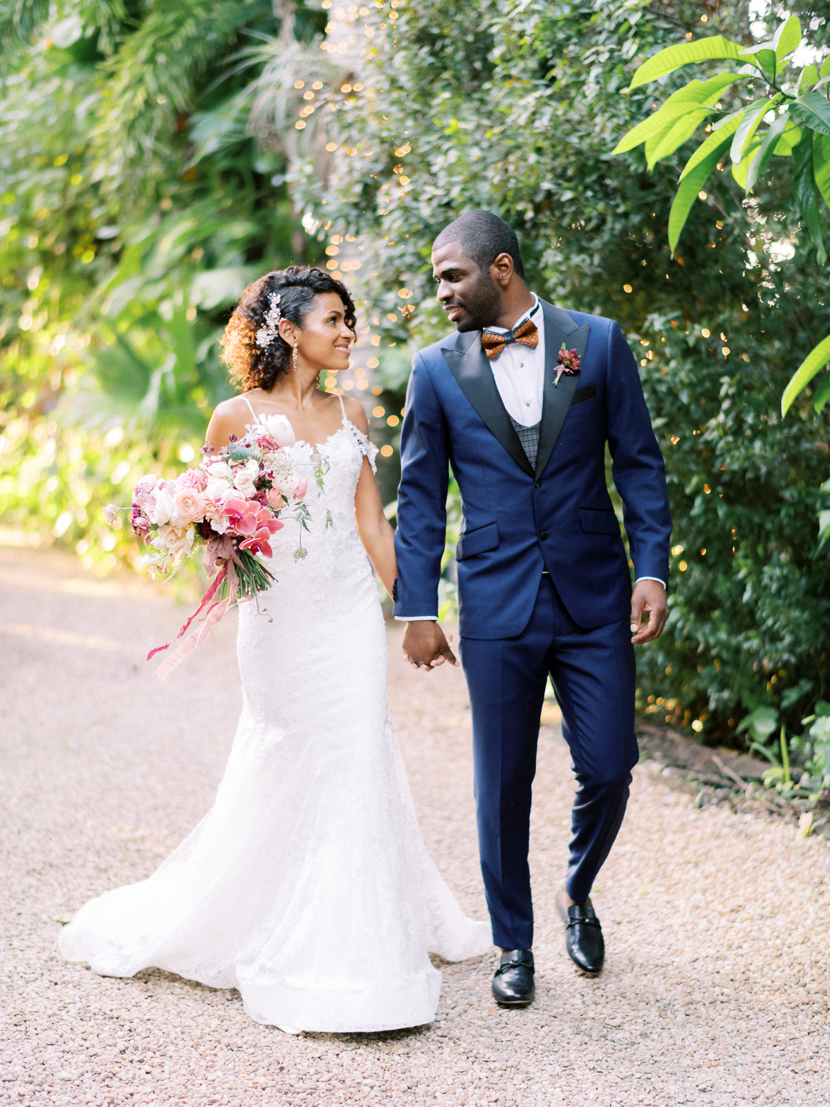 This Floridian Couple S Outdoor Wedding Was Filled With Tropical