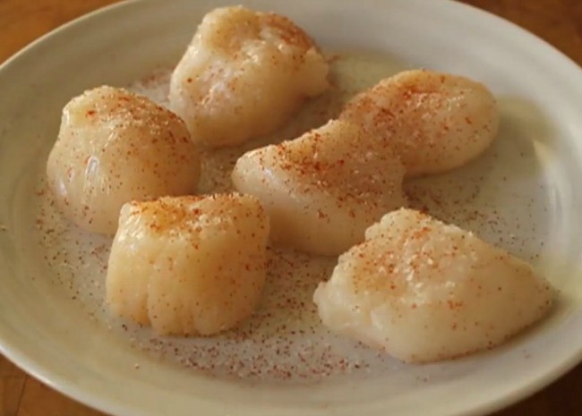 Dry Scallops Seasoned with Salt and Cayenne