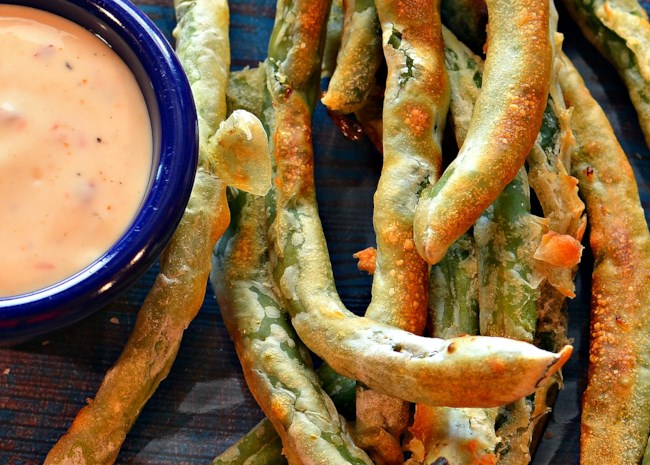Air Fryer Green Beans with Spicy Dipping Sauce