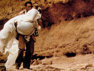 Ralph Fiennes carries Kristin Scott Thomas out of the cave in The English Patient (1996).