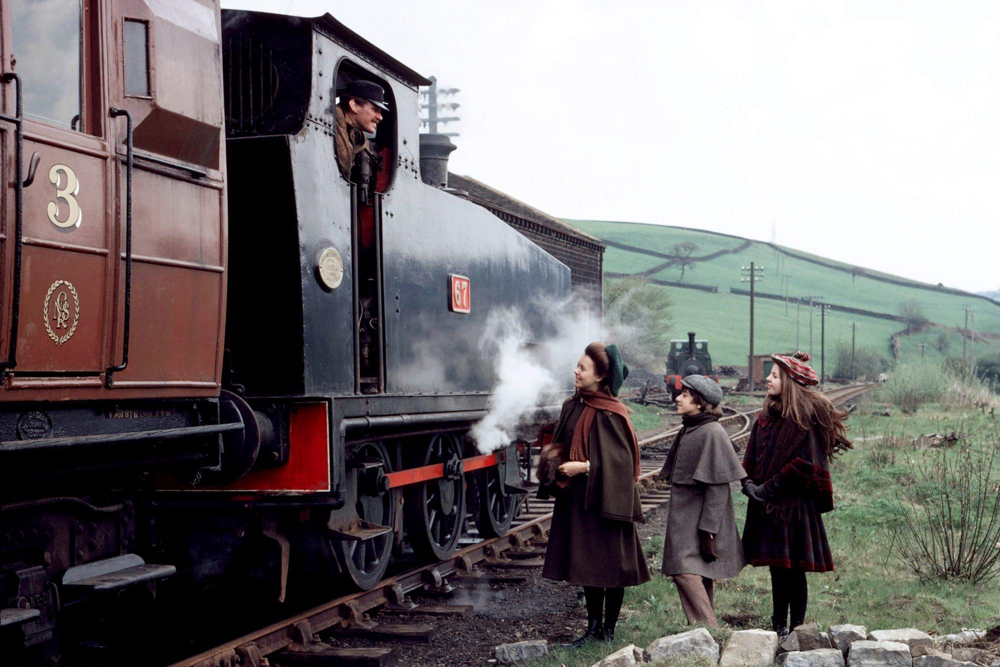 THE RAILWAY CHILDREN, from left: Bernard Cribbins, Jenny Agutter, Gary Warren, Sally Thomsett, 1970,