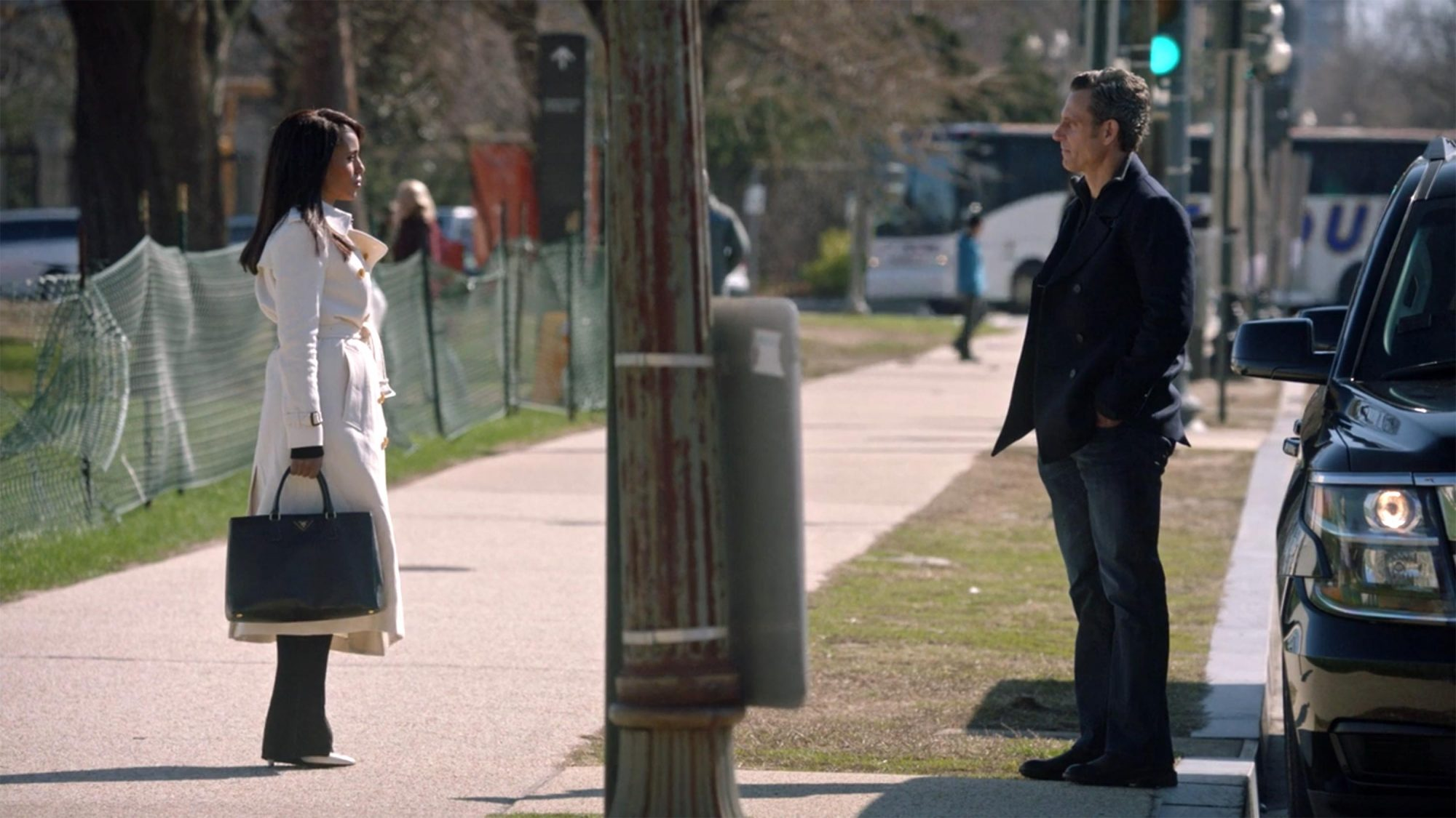 Olivia and Fitz meet at the bus stop, Scandal