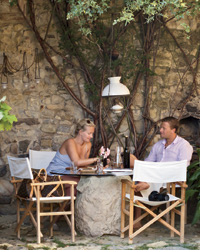 Castello di Vicarello: Courtyard dining
