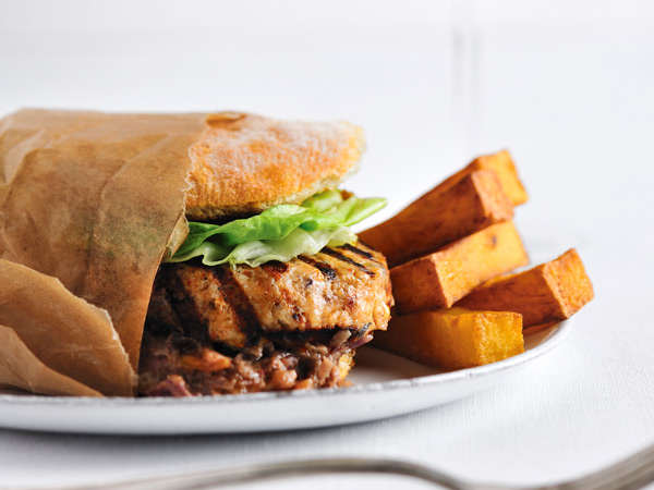 Chicken satay gets turned into a fast, weeknight meal-ready burger with spicy Thai peanut sauce. / © David De Vleeschauwer