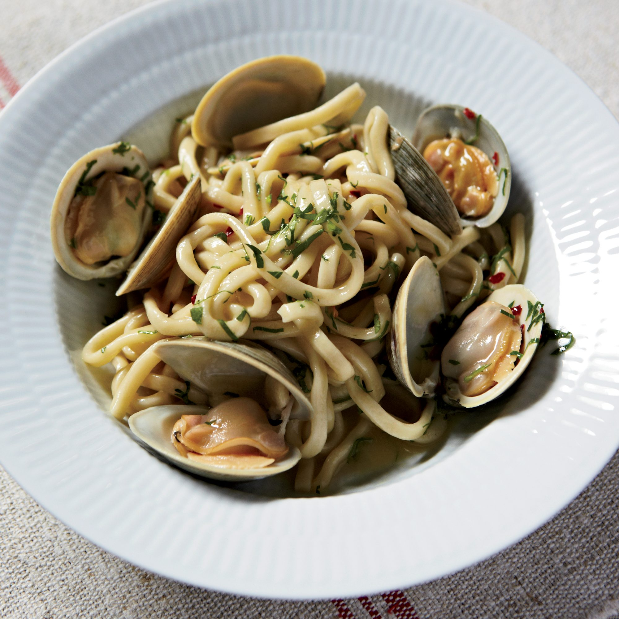 How to Mince Garlic: Spaghetti with Clams and Garlic