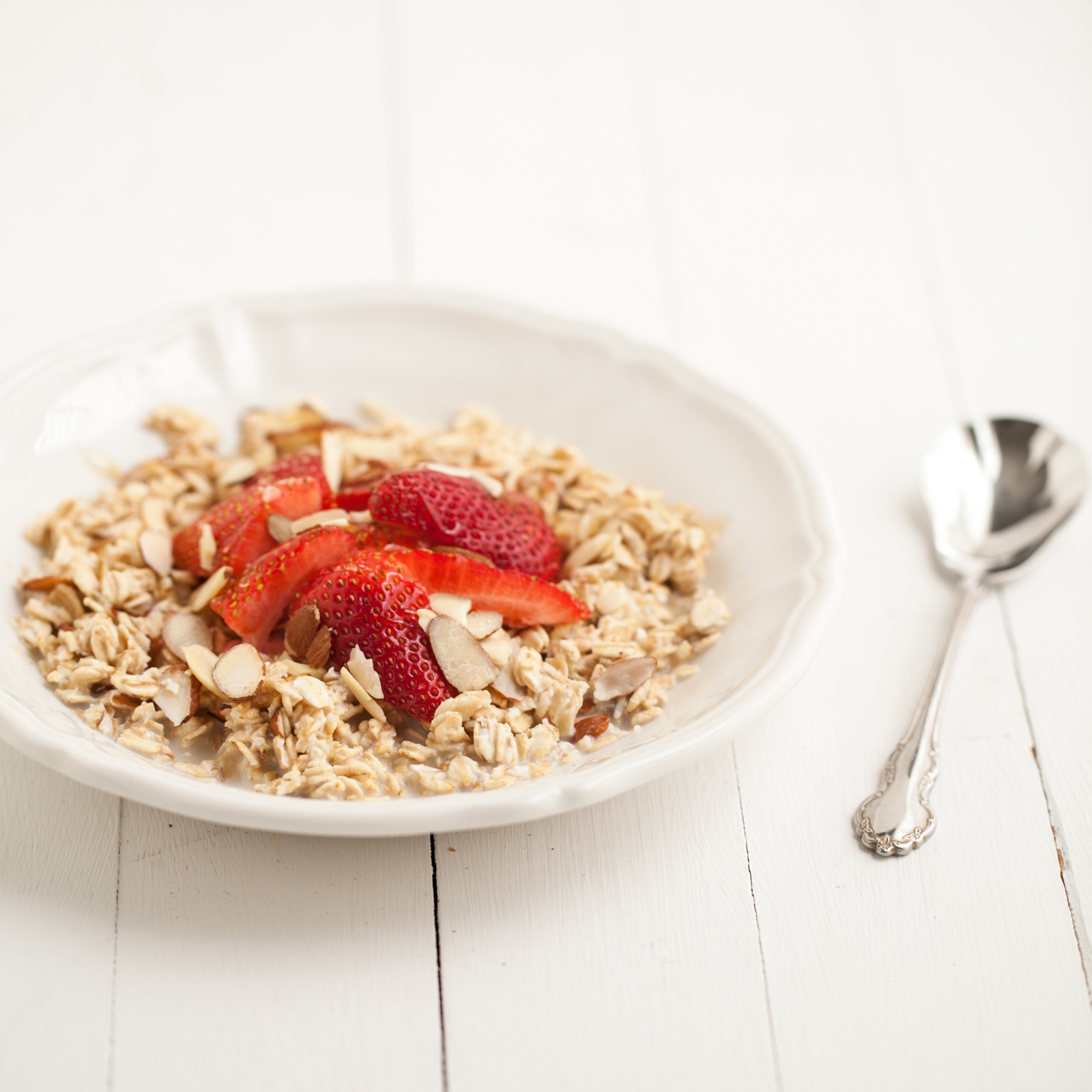No-Cook Overnight Oats with Strawberries