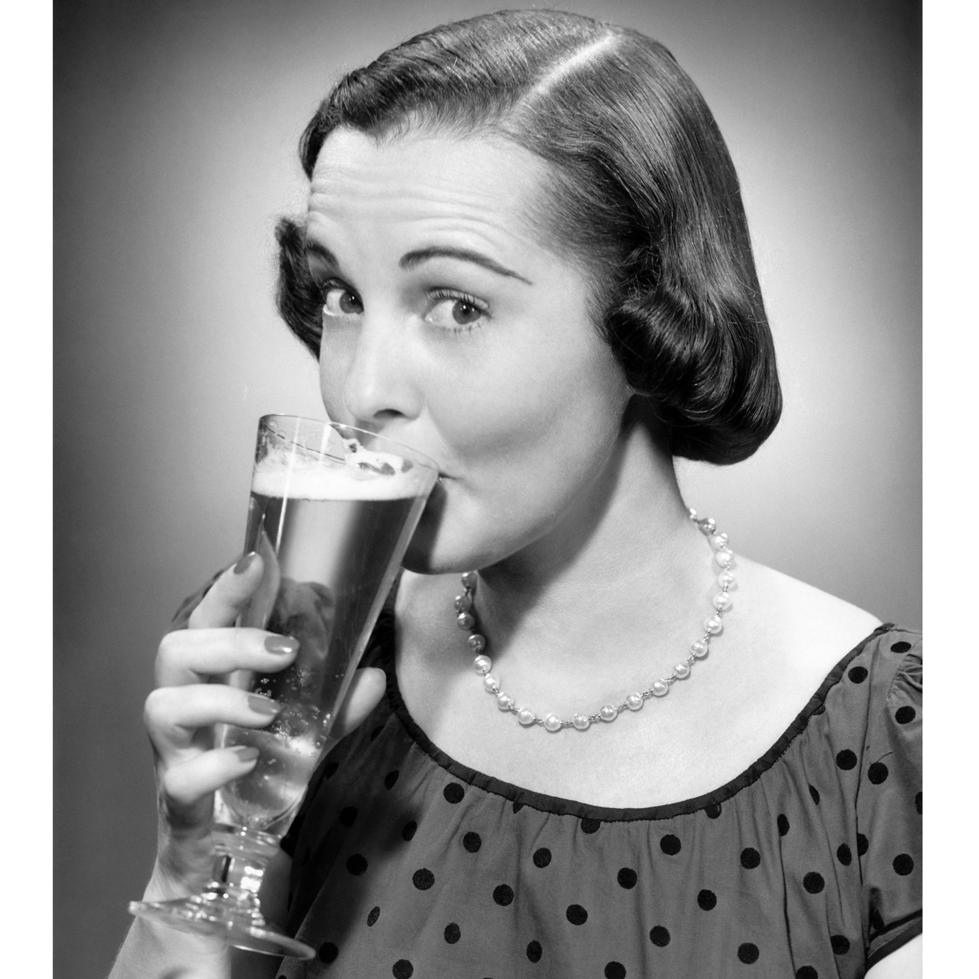 FWX WOMEN DRINKING BEER