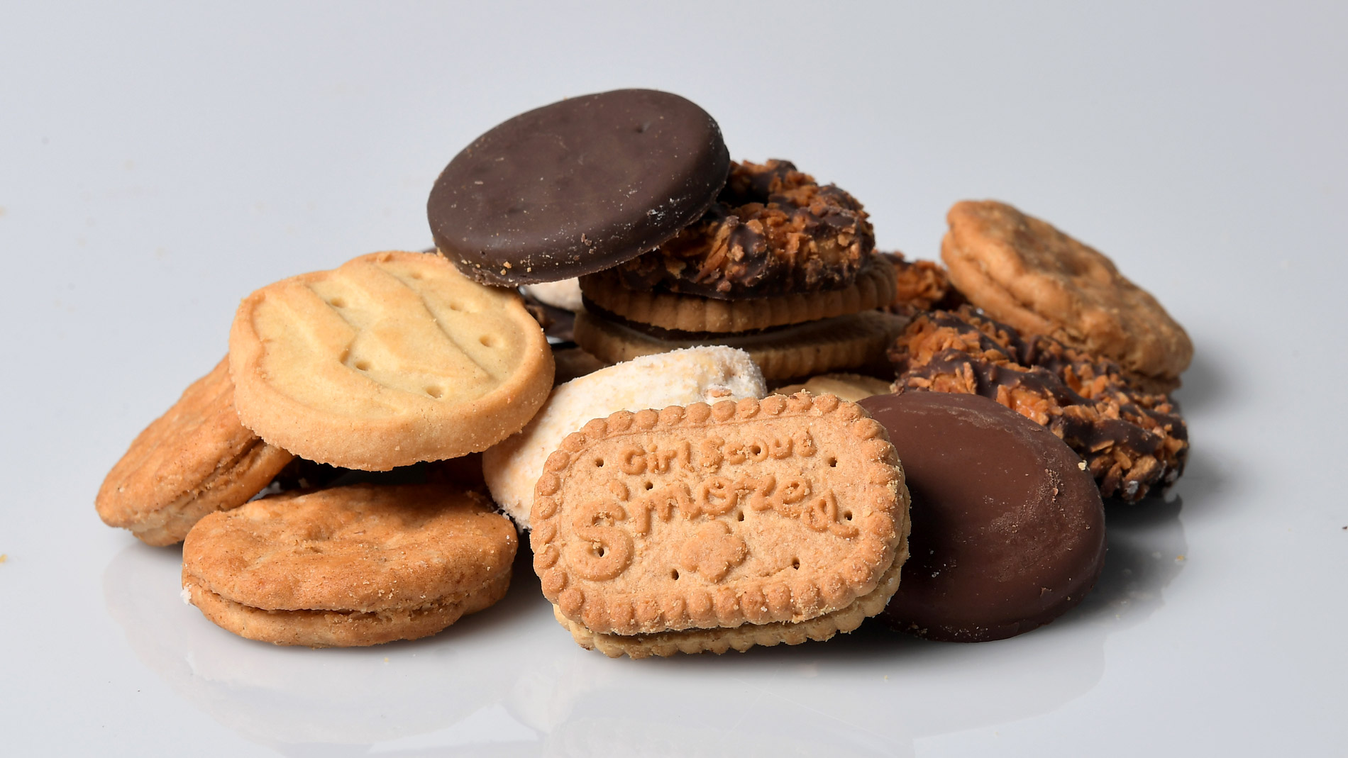 9-year-old Girl Scout sells cookies outside California marijuana dispensary