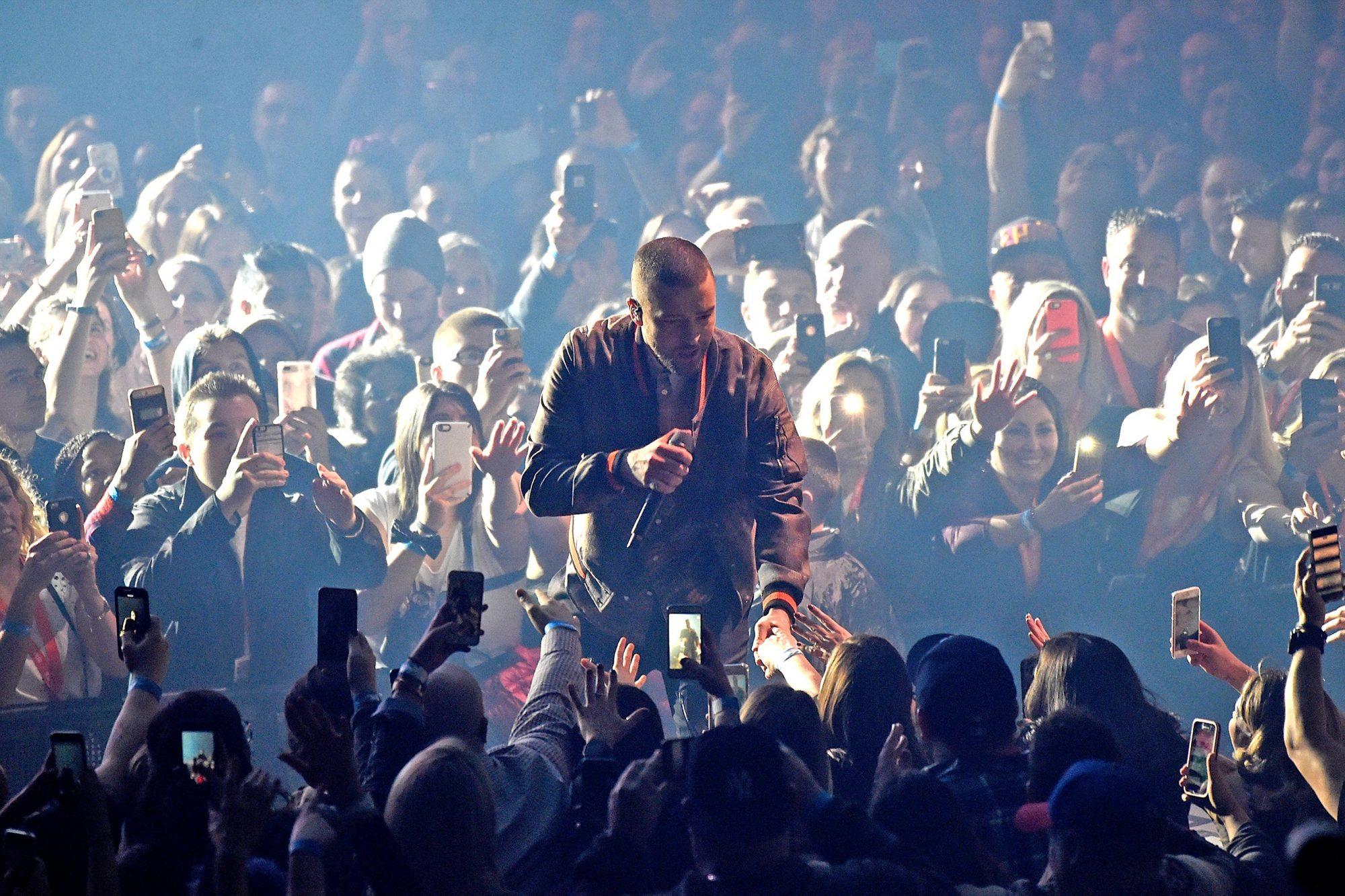 Justin Timberlake gives away shots to celebrate tour launch