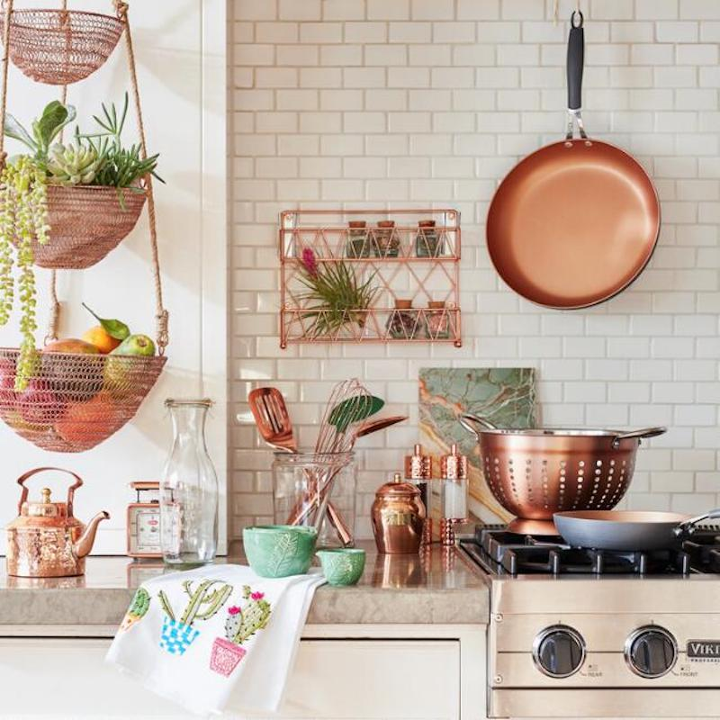 Kitchen storage, install a copper wire spice basket on wall