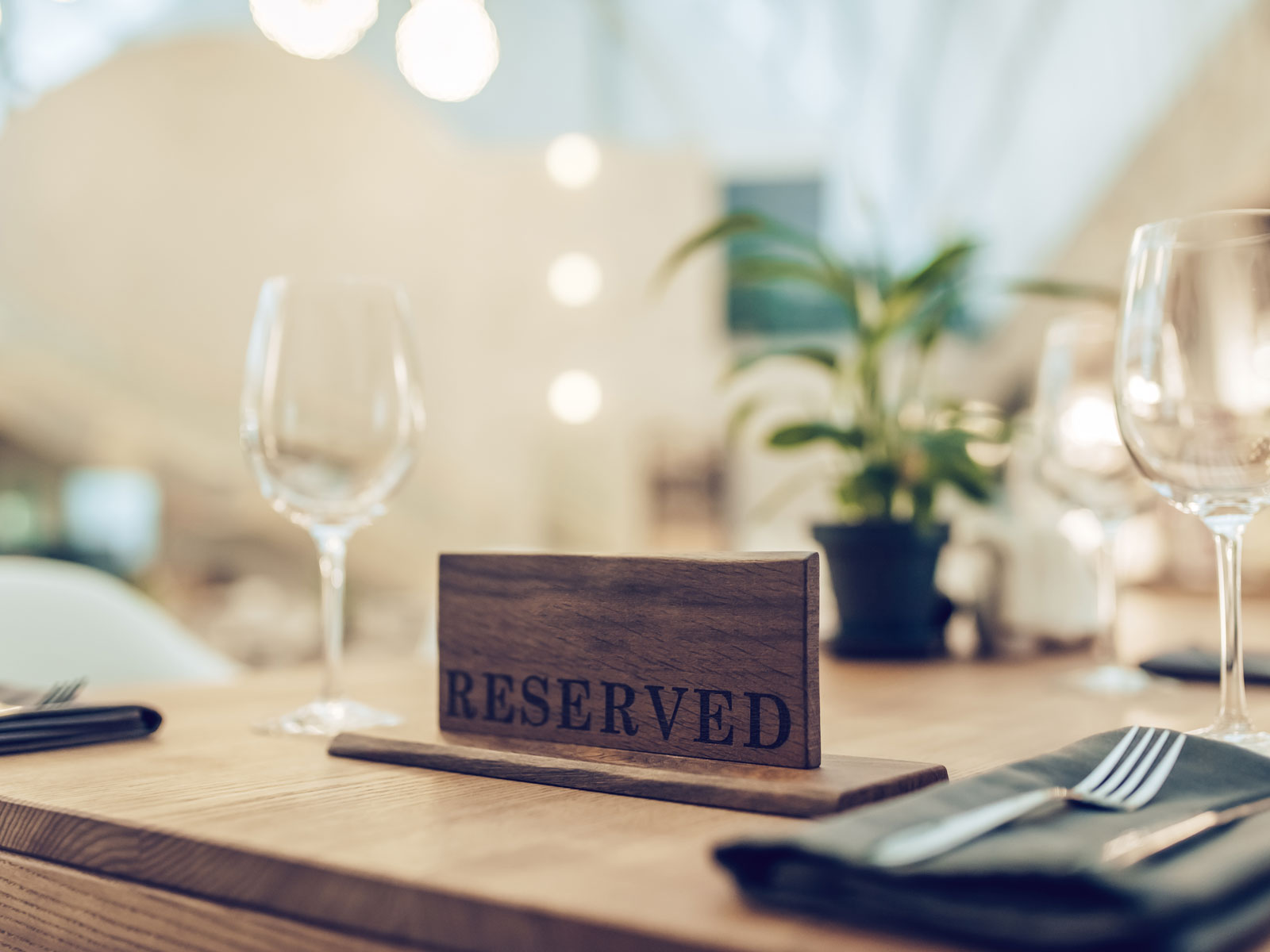 Should Restaurants Offer Gift Cards to Reimburse No-Show Reservation Fees?