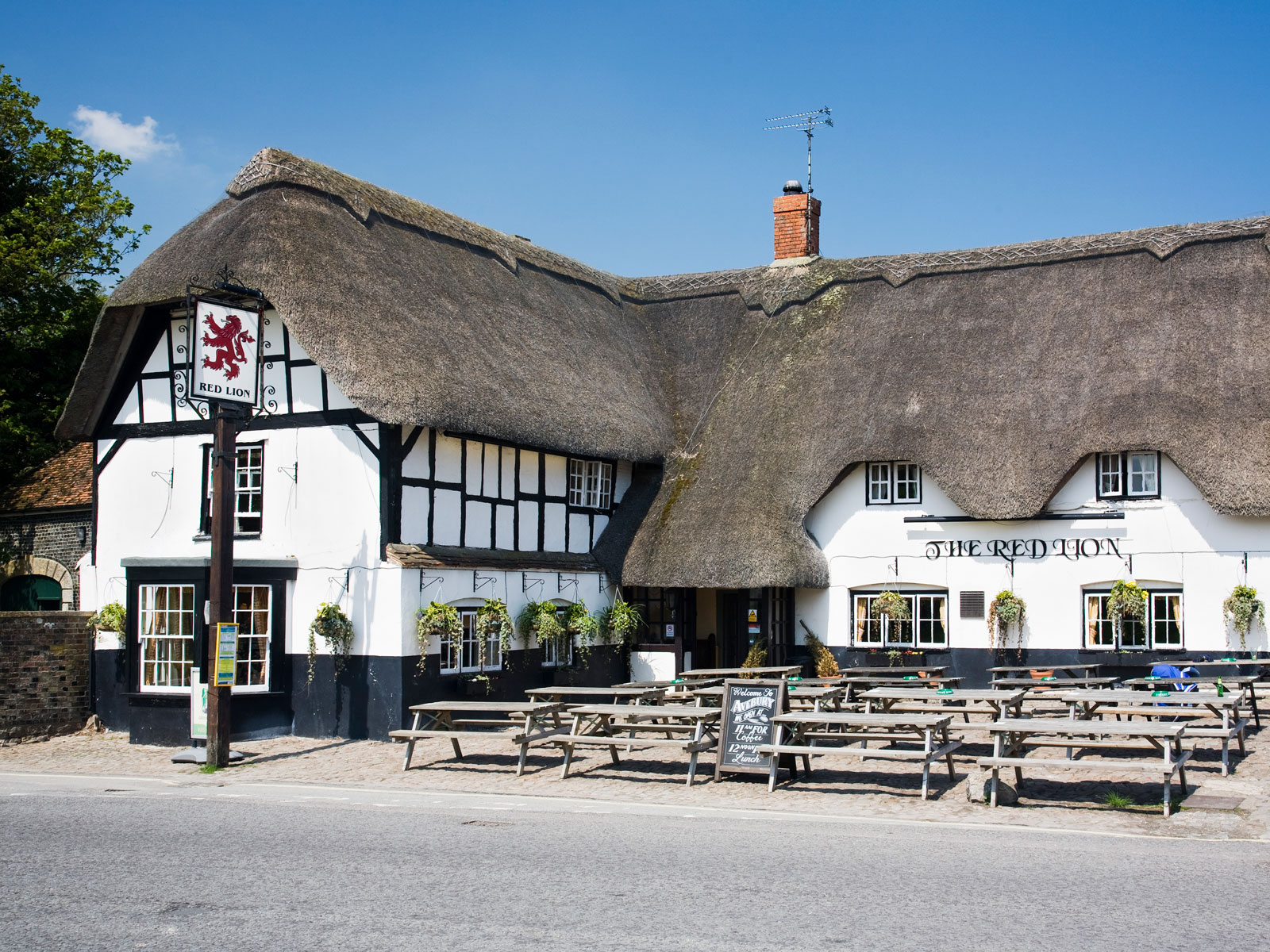 British Pubs Can Operate as Post Offices and Libraries, Thanks to Government-Backed Program